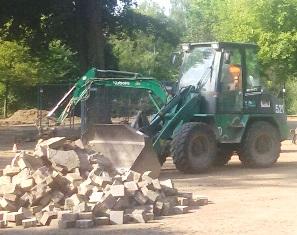 Ein Bagger bei Arbeiten im Kurpark Mingolsheim