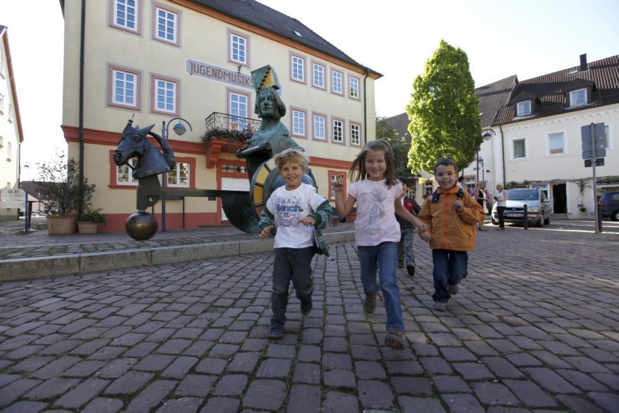 Kinder auf dem Marktplatz