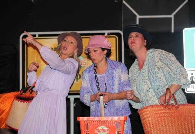 Drei Schauspielerinnen der Kleinen Bühne Wiesental mit Einkaufskörben auf der Bühne