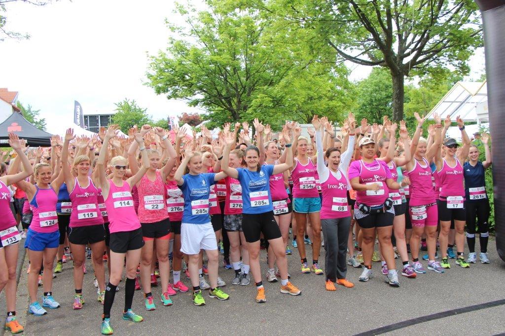 Die Teilnehmerinnen des Iron Girl Laufs vor der Startlinie