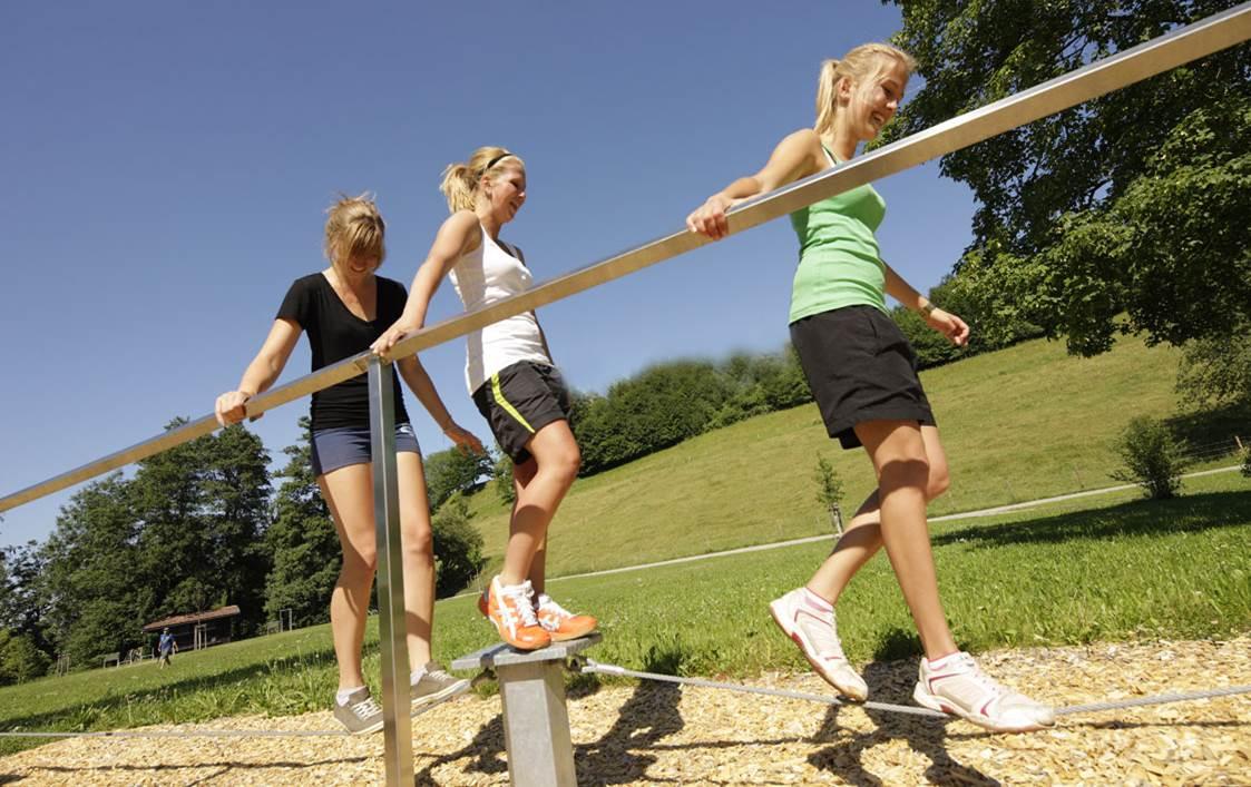 Freizeitsportler bei Balancier-Übung
