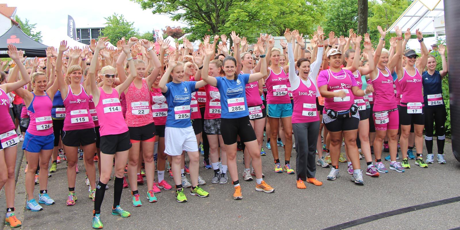 Teilnehmerinnen des Iron Girl Laufs an der Startlinie