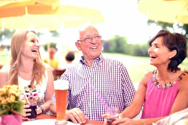Gut gelaunte Gäste im Biergarten des Sole-Aktiv Park Bad Schönborn