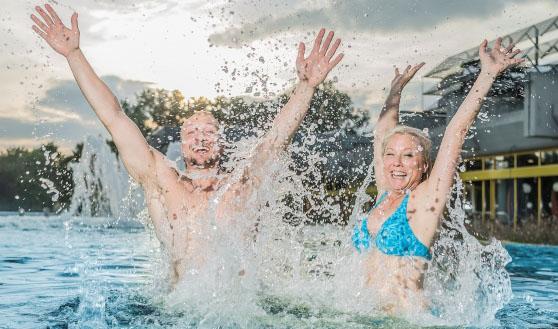 Zwei glückliche Badegäste im Aussenbecken des Thermarium Bad Schönborn