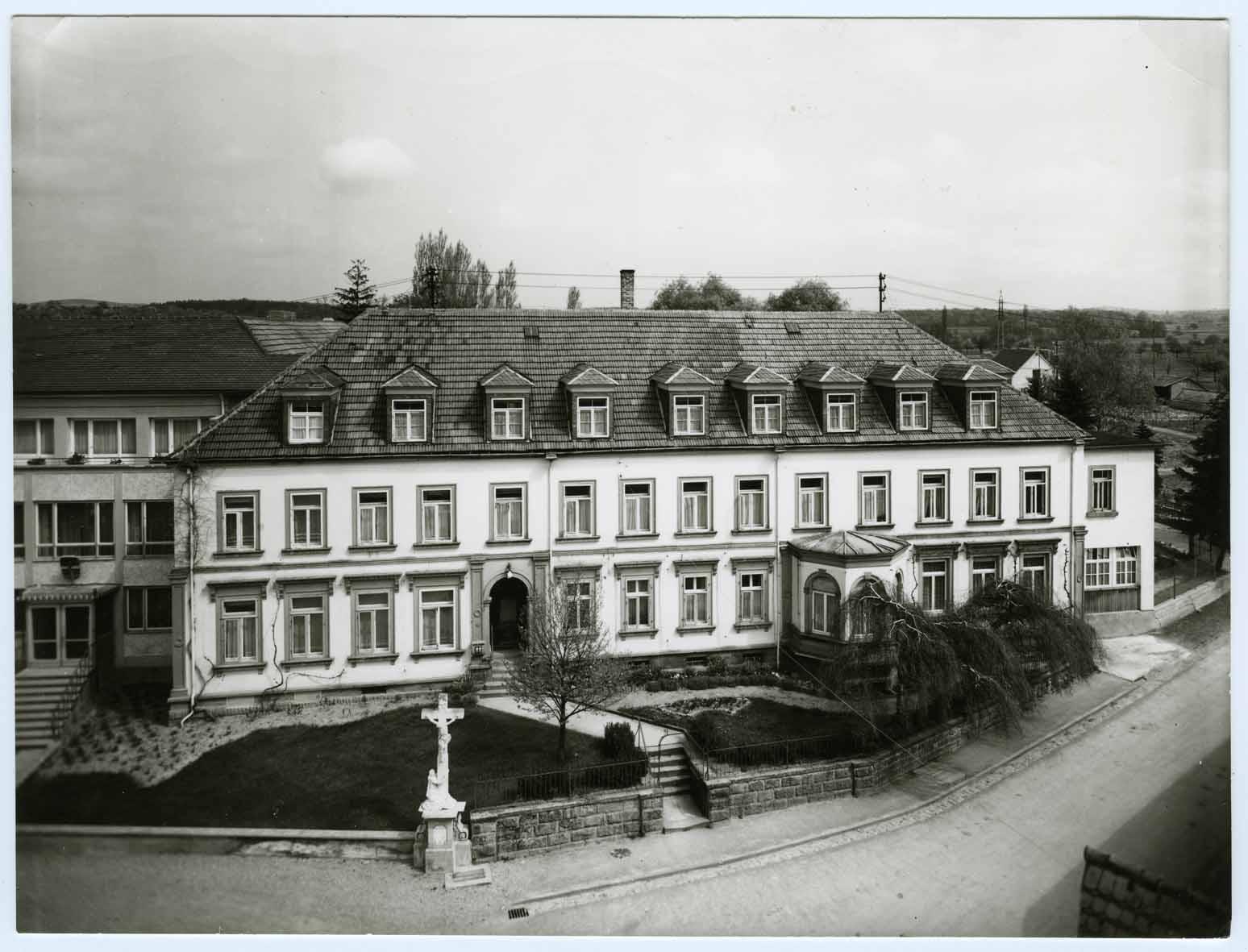 Alte Schwarzweiss-Aufnahme vom Sanatorium Sankt Rochus Bad Schönborn