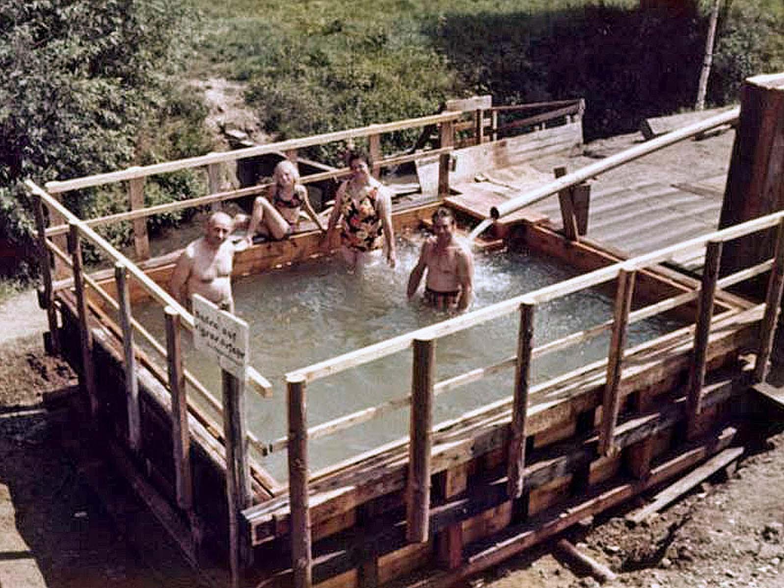 Foto vom ersten provisorischen Schwimmbecken Anfang der 1970er Jahre