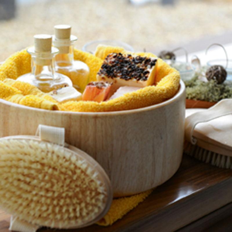 Massagebürste und Badeöle