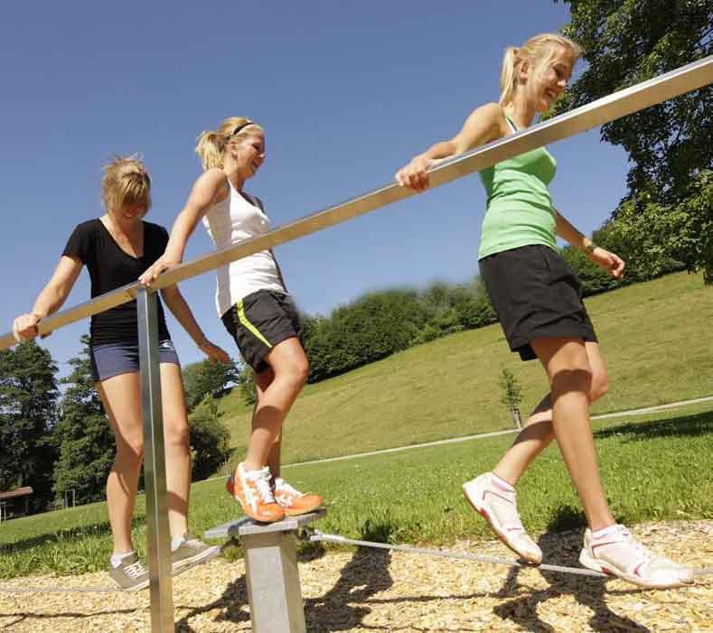 Drei Freizeitsportlerinnen auf einem Balance-Parcours