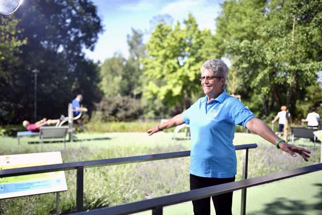 Eine Frau macht eine Übung am Balance-Parcours im Sole-Aktiv Park Bad Schönborn