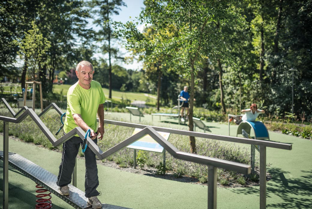 Mann beim Balancetraining im Sole-Aktiv-Park