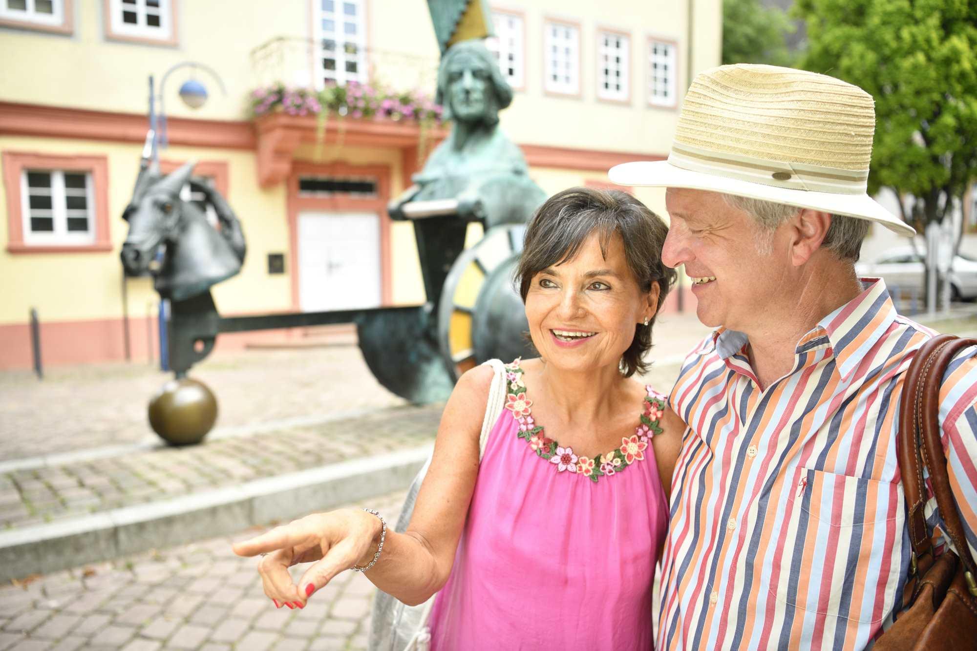 Gut gelauntes Paar auf dem Marktplatz in Bad Schönborn Mingolsheim