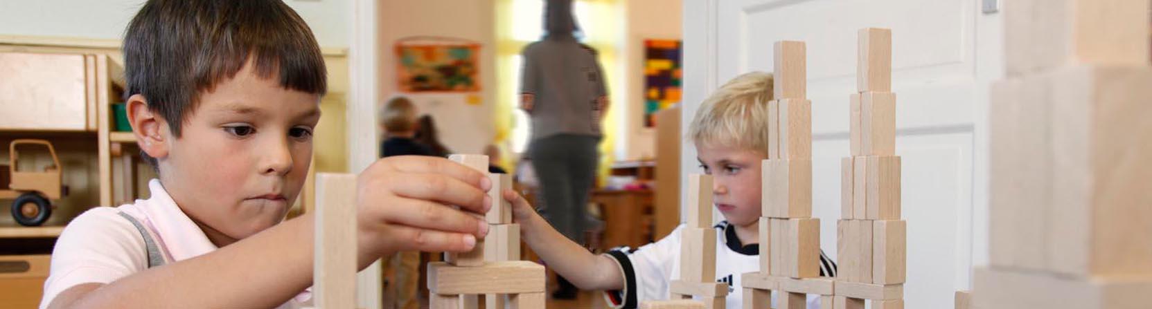 Zwei Jungen vertieft ins Spiel mit Bauklötzen in einem Kindergarten