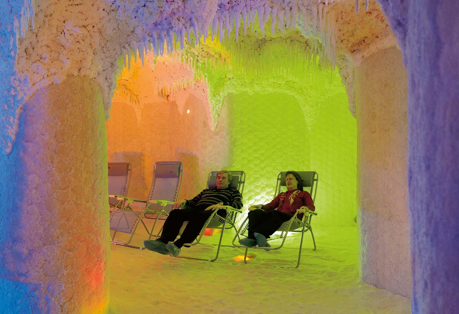 Ein Mann und eine Frau entspannen in der Totes-Meer-Intensiv-Salzgrotte im Thermarium Bad Schönborn