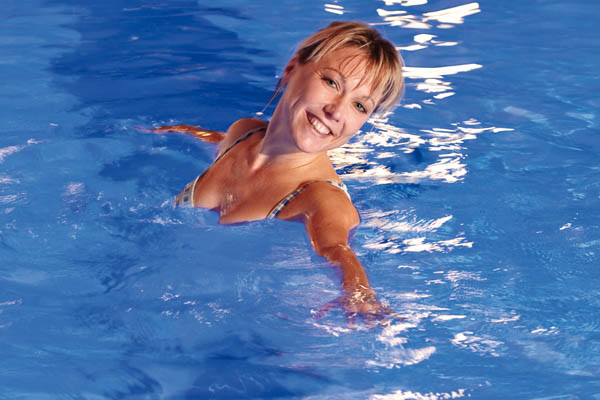 Frau badet in Thermalwasser