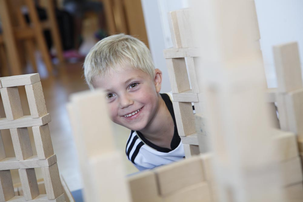 Kindergartenkind mit Bauklötzen