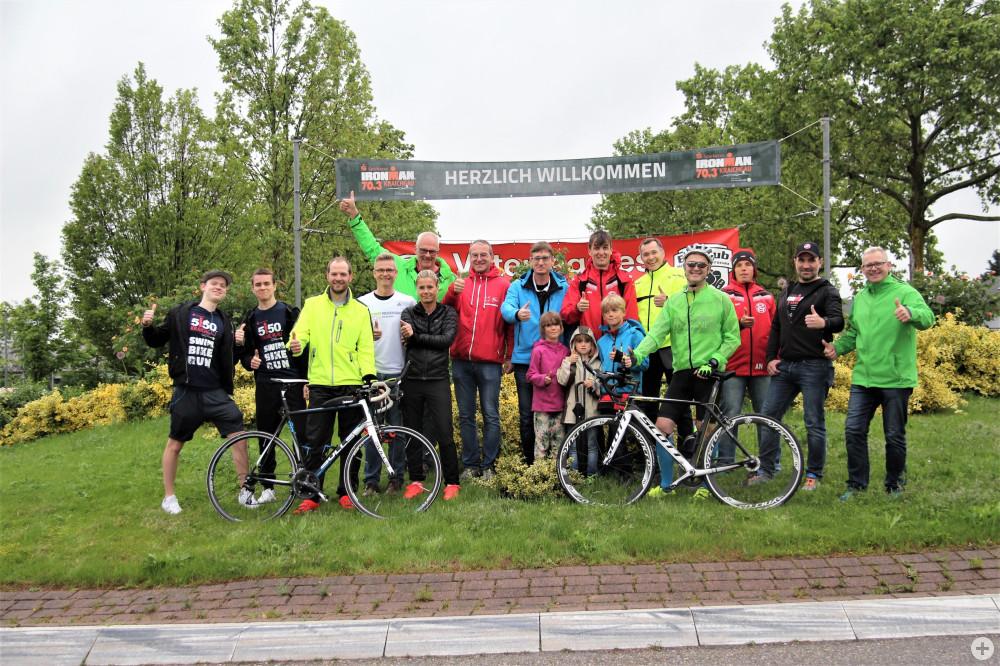 Ein Gruppenfoto der Sportler aus Bad Schönborn, die beim Ironman 70.3 Kraichgau starten