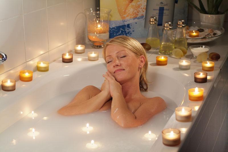 Frau nimmt ein Sahnebad
