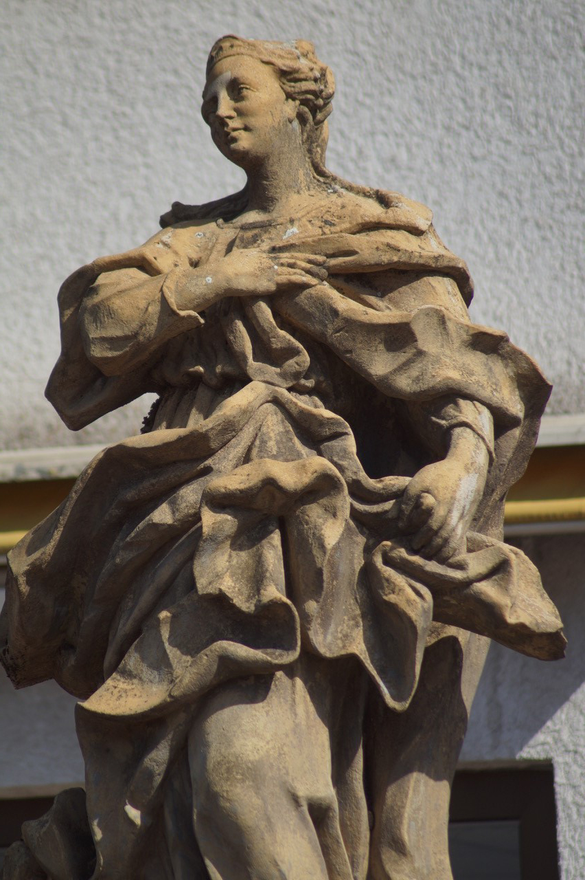 Eine der Sandsteinfiguren Brückenheilige an der Hauptstraße Langenbrücken