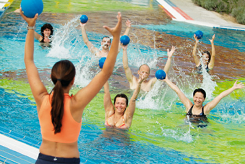 Wassergymnastik mit Bällen