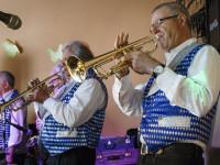 Musiker der Silver Men Band spielen Trompete bei einem Auftritt