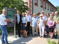 Foto (psp): Klaus Heinzmann, Bürgermeister Huge und Annabèlle Mesloh (v.l.) zeigen den Vermietern von Bad Schönborn das neue Info-Terminal beim Haus des Gastes