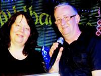 Die beiden Musiker der Duos Just For Fun mit Mikrofon auf der Bühne