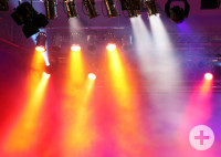 Orange-rote Lichtkegel auf der Bühne mit Nebel