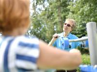 """Hobbysportler des Kneipp-Verein """"Vorderer Kraichgau"""" am Geräteparcours des Sole-Aktiv Park Bad Schönborn"""