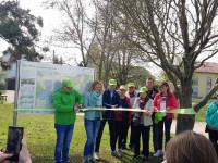 Das Band wird durchgeschnitten bei der Eröffnung der Wanderwegebeschilderung in Bad Schönborn am 7. April 2019