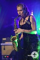 Die Musikerin Gesa Marie Schulze mit Saxophon auf der Bühne
