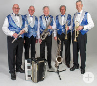Die fünf Musiker der Silver Men Band mit Instrumenten und blauen Westen