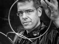 Portraitaufnahme des Zauberers Iramus mit einer Kette aus großen Metallringen