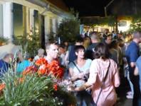 Besucher des 2. Bad Schönborner Weinfests im Innenhof des VIF Weinhandels