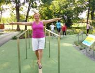 Frau bei Balancier-Übung im Sole-Aktiv-Park Bad Schönborn