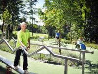 Ein Mann bei einer Übung im Balance-Parcours im Sole-Aktiv Park Bad Schönborn
