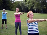 Drei Frauen bei Fitness-Übungen im Freien im Sole-Aktiv Park Bad Schönborn