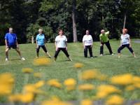 Eine Gruppe bei Fitness-Übungen im Freien im Sole-Aktiv Park Bad Schönborn