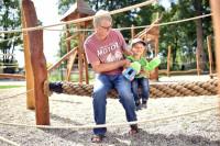 Mann mit Kind auf einem Kletter-Seil auf Mehr-Generationen-Spielplatz im Sole-Aktiv Park Bad Schönborn