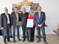 Klaus Häfner und Susanne Zettel (3. und 4. v.l.) mit Tourismus-Leiter Heinzmann, Bürgermeister Huge und Thomas Erck vom DEHOGA Bruchsal