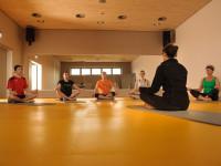 Sportlergruppe beim Yoga im Fitnessbereich des Thermarium Bad Schönborn