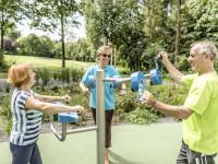 Seniorengruppe beim Training an den Geräten im Balance-Parcours des Sole-Aktiv-Park Bad Schönborn