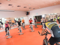 Sportlergruppe beim Indoor-Cycling im Fitnessbereich des Thermarium Bad Schönborn