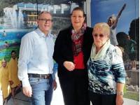 Kurdirektor Klaus Heinzmann und Werbebotschafterin Christa Daniel mit der saarländischen Ministerpräsidentin Anke Rehlinger am Stand der Gesundheitsgemeinde Bad Schönborn auf der Reisemesse Saarbrücken