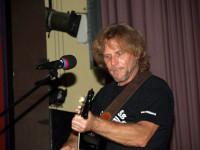 Der badische Mundart-Kabarettist Heiko Maier mit Gitarre auf der Bühne