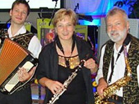 Die drei Musiker des Ensembles Bella Musica mit Instrumenten