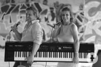 Das Duo um Martin und Susanne Dörr mit Keyboard und Mikrofon