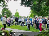 """Dr. Rudolf Schmich (rechts) führte eine große Schar interessierter Besucher über den Langenbrücker Friedhof im Rahmen des zweiten historischen Vortrags zum Ortsjubiläum """"750 Jahre erste urkundliche Erwähnung Langenbrückens"""". (Foto: Otto Meid)"""