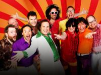 Die zehn Musiker von Papi´s Pumpels gut gelaunt im Stil der 70er Jahre