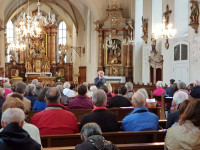 """Interessierte Zuhörer beim """"Tag des offenen Denkmals"""" am 8.9.2019 in der Pfarrkirche Langenbrücken"""