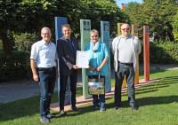 Klaus Heinzmann und Bürgermeister Huge bedankten sich bei Renate und Uwe Jakobi für ihre Treue zu Bad Schönborn